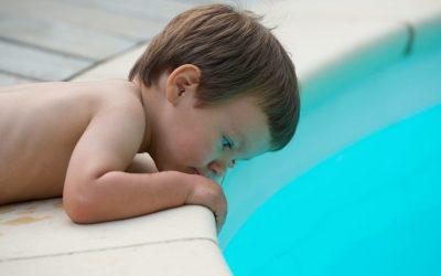 enfant au bord d'une piscine